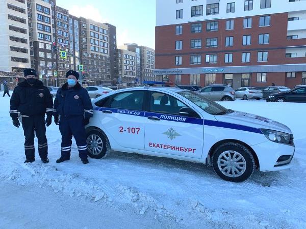 Автоинспекторы помогли добраться домой замерзавшей на остановке школьнице