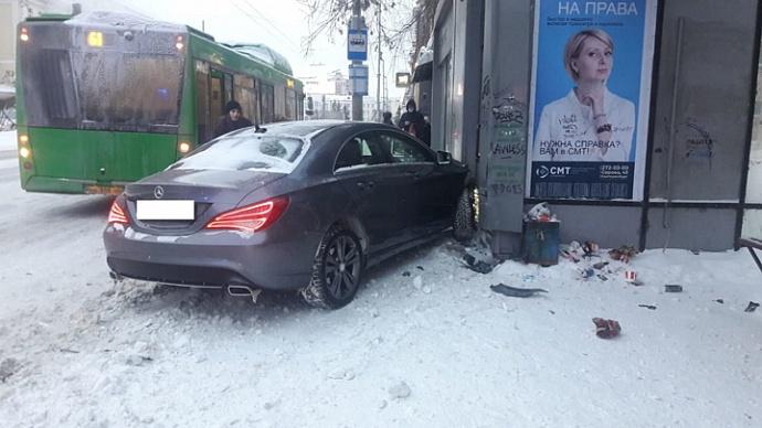 В центре Екатеринбурга иномарка врезалась в автобусную остановку