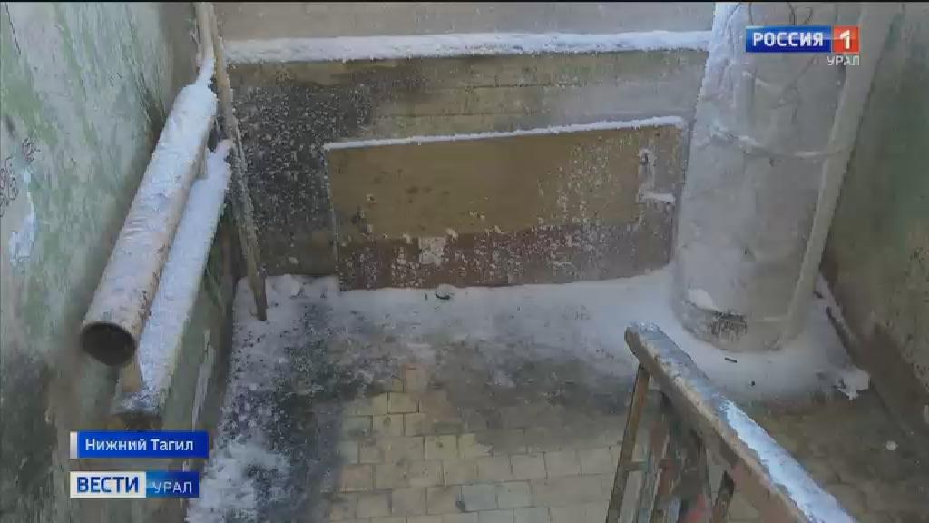 Подъезд общежития в Нижнем Тагиле замерзает из-за коммунальной аварии