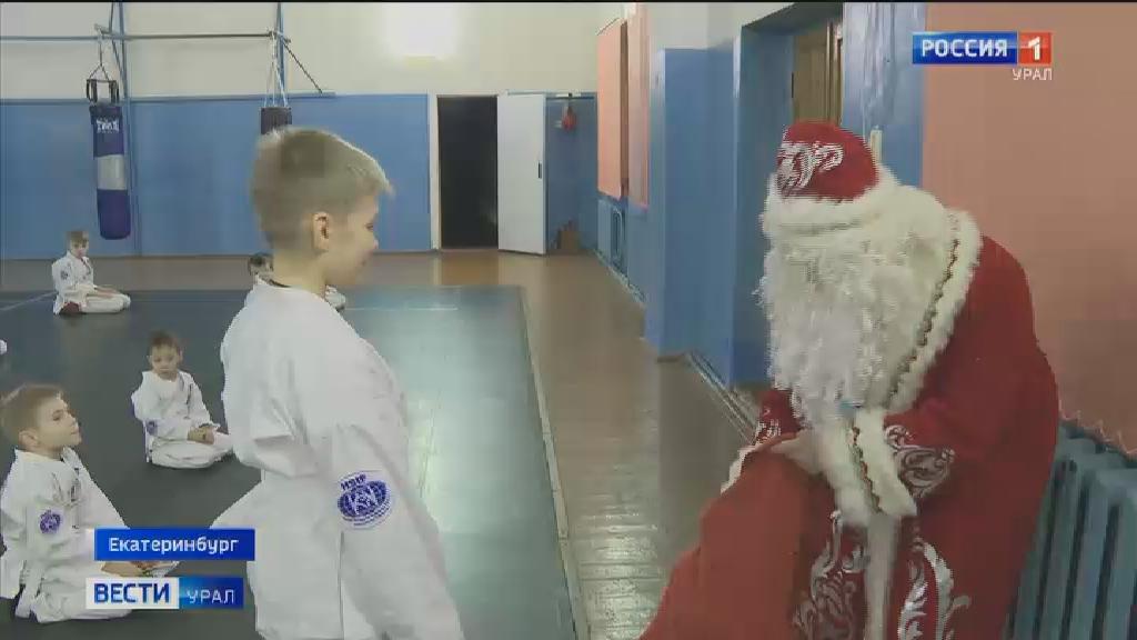 Дед Мороз и Снегурочка поздравили с Новым годом юных спортсменов