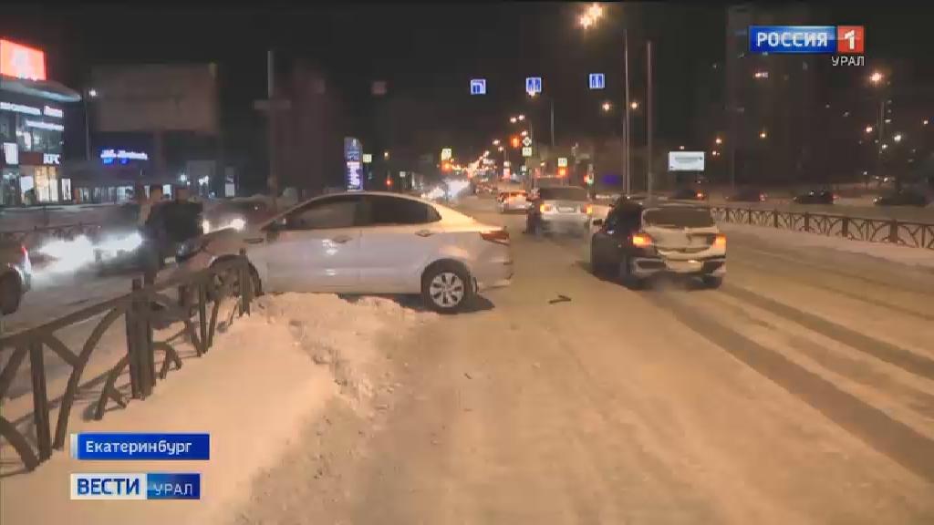 На Московской из-за колеи водителя выбросило на железное ограждение
