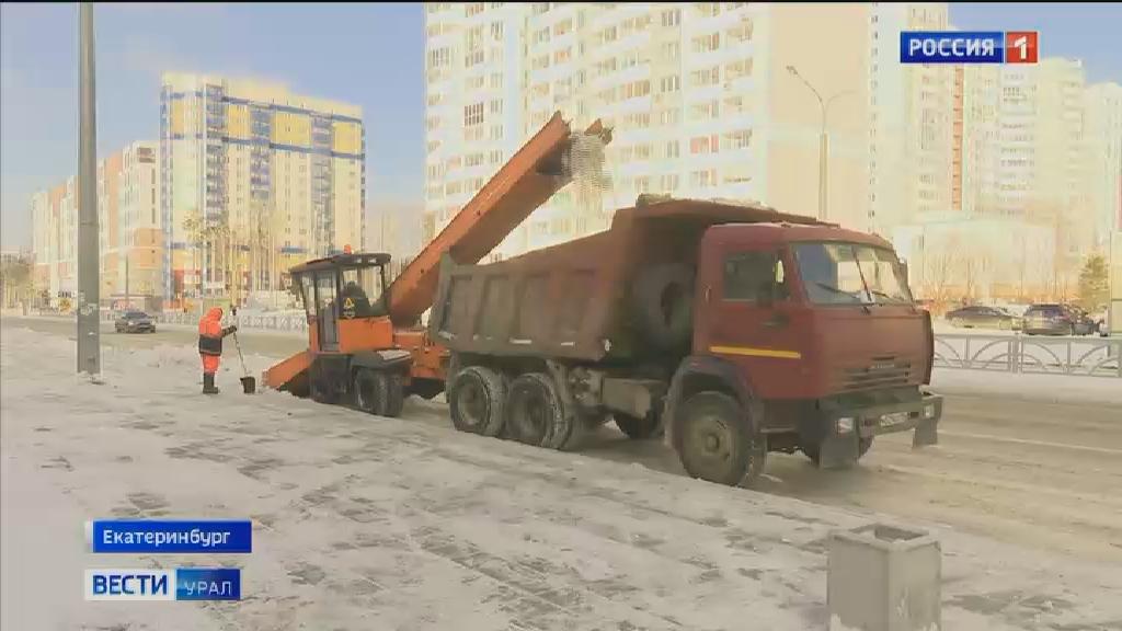 На улицах Екатеринбурга идёт усиленная уборка снега