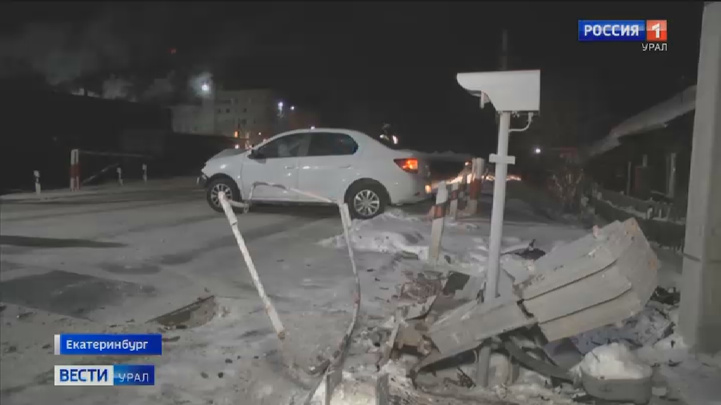 В Екатеринбурге автомобиль врезался в барьер железнодорожного переезда