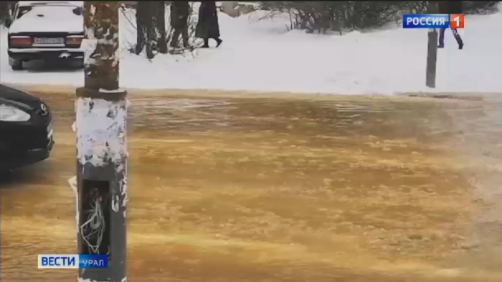 В результате коммунальной аварии водой затопило улицу Пехотинцев