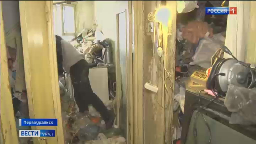 В Первоуральске горы мусора в квартире не позволяют устранить коммунальную аварию