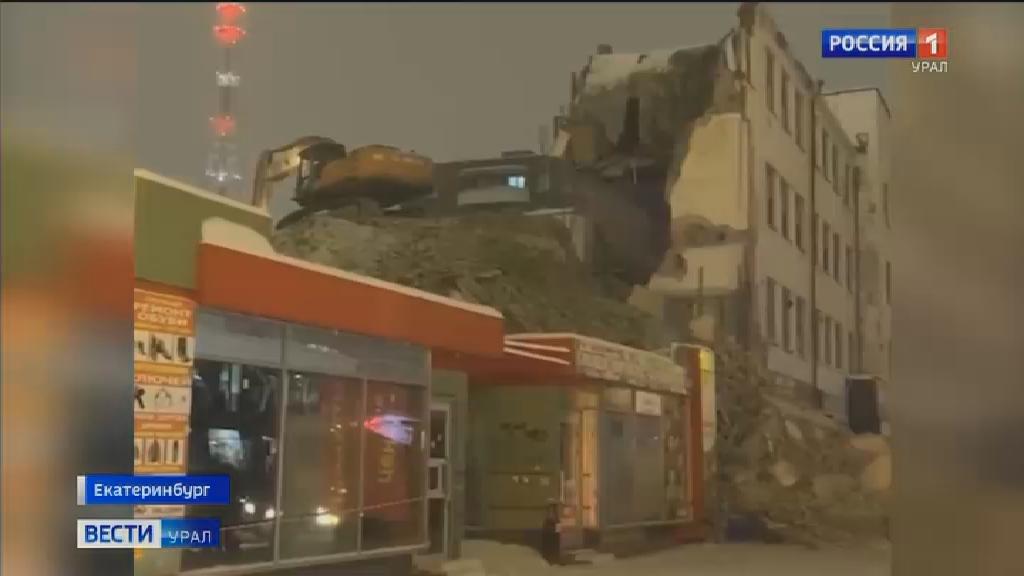 На Декабристов во время сноса здания часть стены обрушилась на тротуар