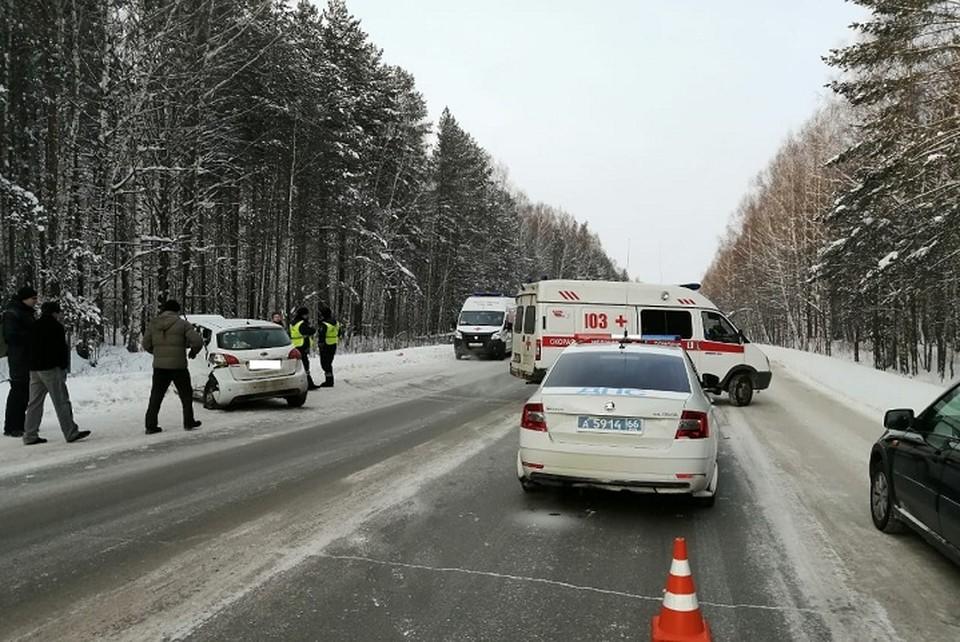 В Свердловской области устанавливаются обстоятельства ДТП, в котором пострадали два взрослых и один ребенок