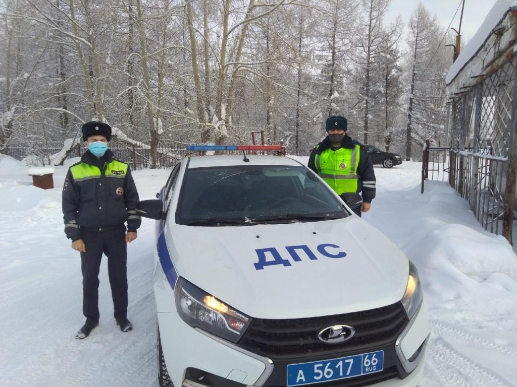 В сильный мороз на трассе инспекторы ДПС не дали замерзнуть водителю сломанного автомобиля