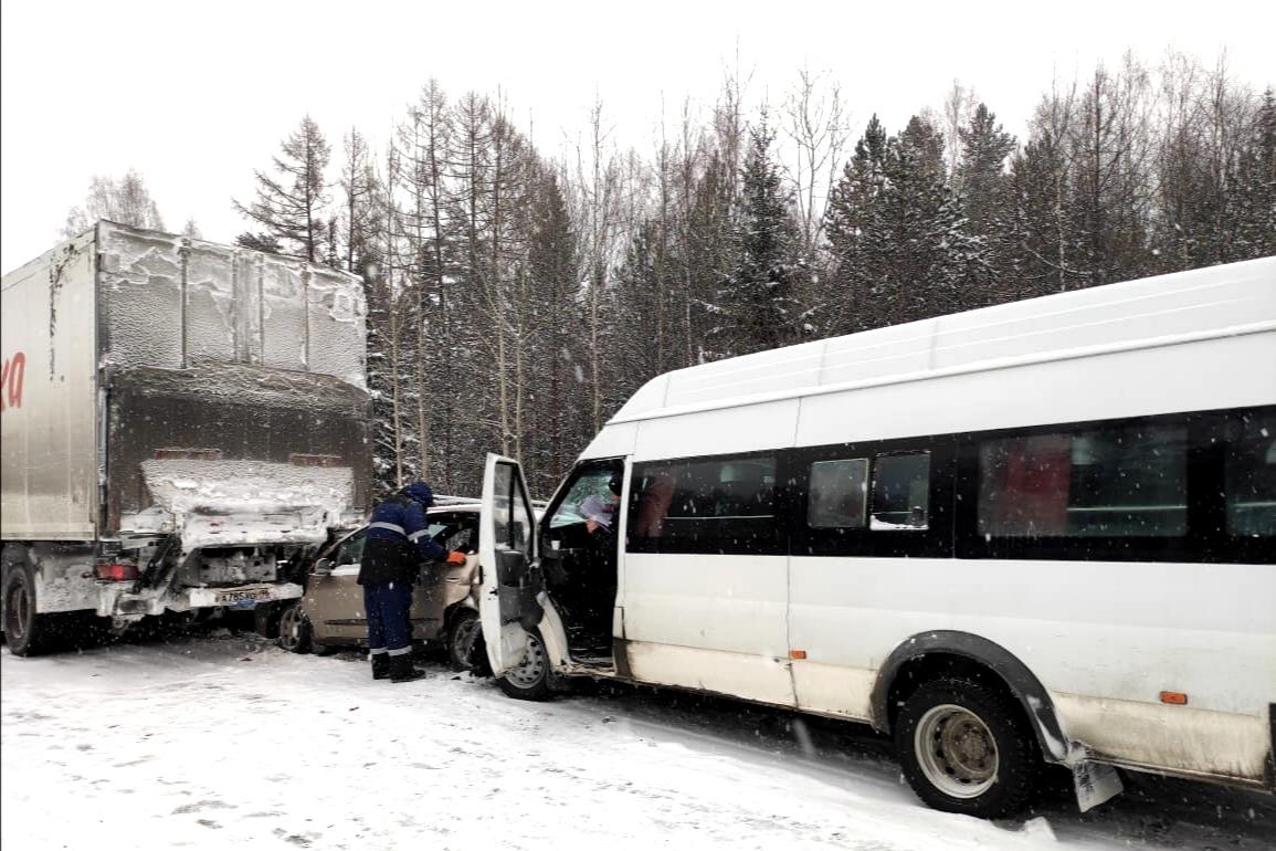 В ДТП на автодороге Екатеринбург-Серов пострадали два пассажира автобуса и ребенок.