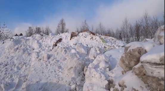 В центре микрорайона Старая Сортировка появились огромные горы снега