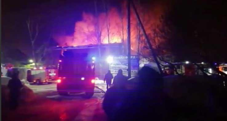 На улице Тельмана загорелись два жилых дома