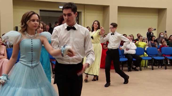 Гимназисты нижнетагильской православной гимназии закружились в танце