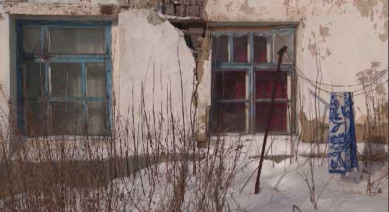 В Артёмовском несколько семей не могут переехать из аварийного жилья