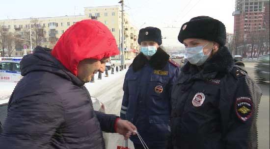 Сотрудники ГИБДД поздравили автомобилистов с Днем защитника Отечества