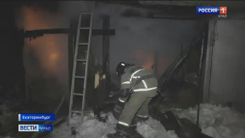Частный дом загорелся ночью на улице Венгерских Коммунаров