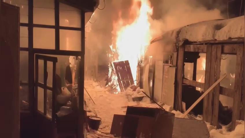 Ночью на Шаумяна сгорел частный жилой дом