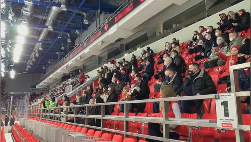 Ледовый дворец накануне впервые в сезоне КХЛ был заполнен наполовину