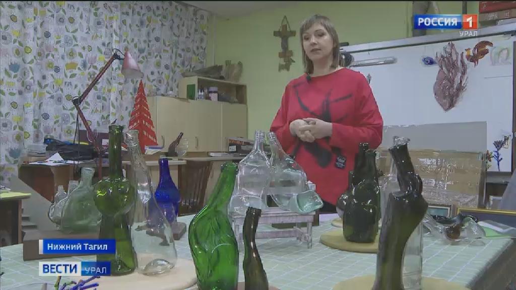 Из стеклянных бутылок произведения искусства творит жительница Нижнего Тагила
