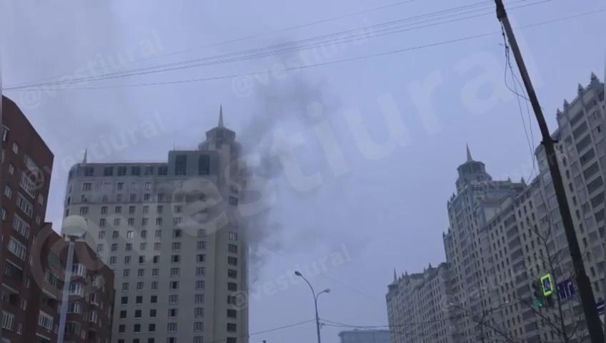 В центре Екатеринбурга случился пожар на верхних этажах офисного здания