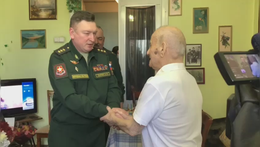 Военные ЦВО провели мини-парад в честь 100-летнего юбилея ветерана