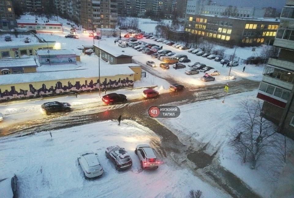 В Нижнем Тагиле несколько машин оказались закованы в лед