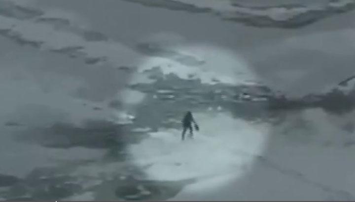 На городском пруду под лёд провалился мужчина