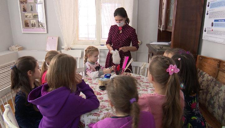 Школьницам рассказали историю женских украшений