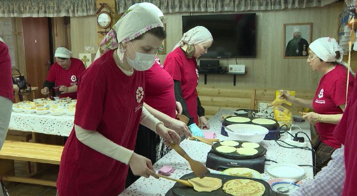 Сотрудники Православной службы милосердия пекут блины для бездомных