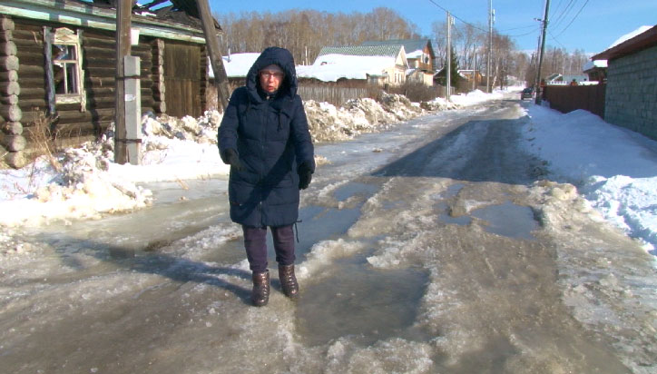 В Первоуральске из-за коммунального ЧП улица превратилась в месиво изо льда и воды