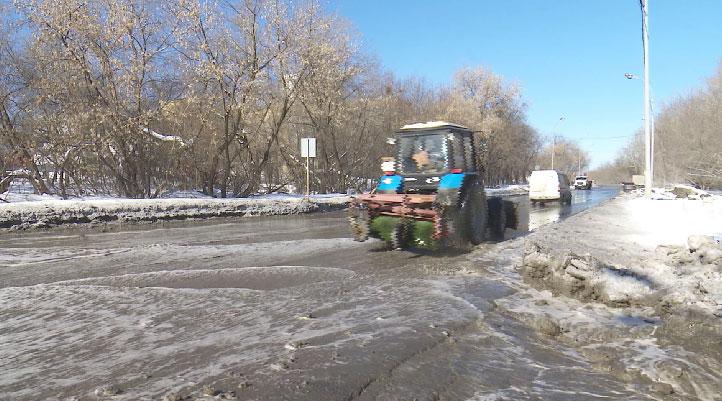 Журчат ручьи: из-за прорыва трубы затопило участок Сибирского тракта