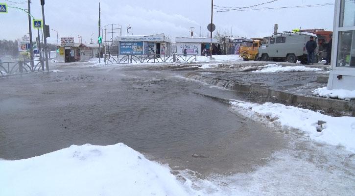 В Первоуральске затопило улицы, дворы и тротуары