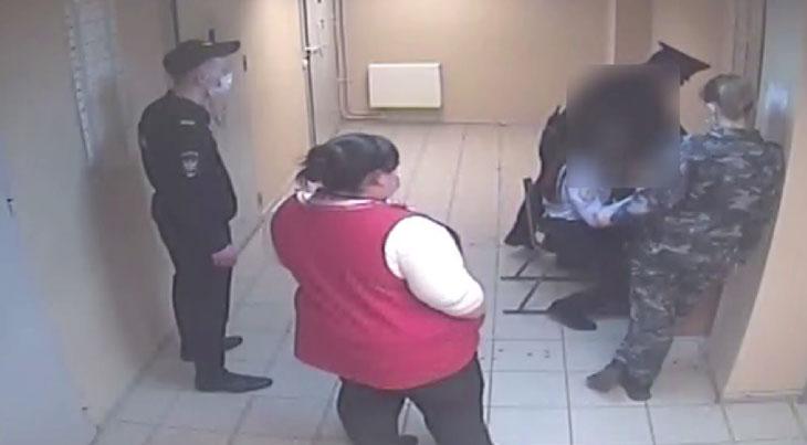 В аэропорту Кольцово девушка ударила полицейского ногой в живот