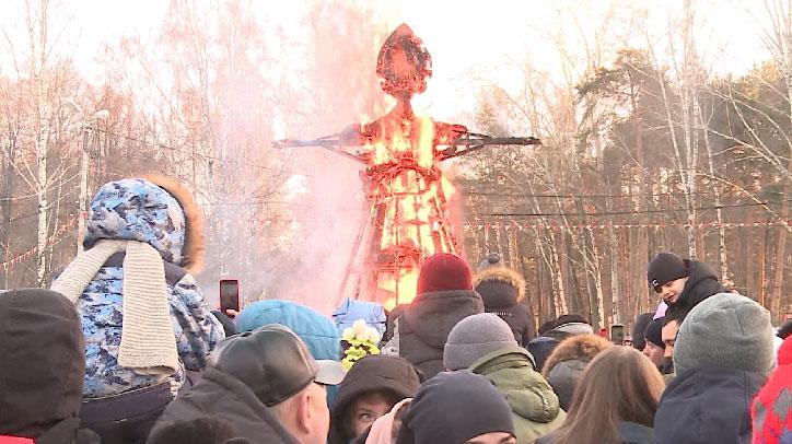 Широкая Масленица: в парке Маяковского проводили зиму