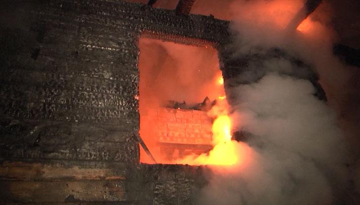 В садовом товариществе ночью сгорел деревянный дом