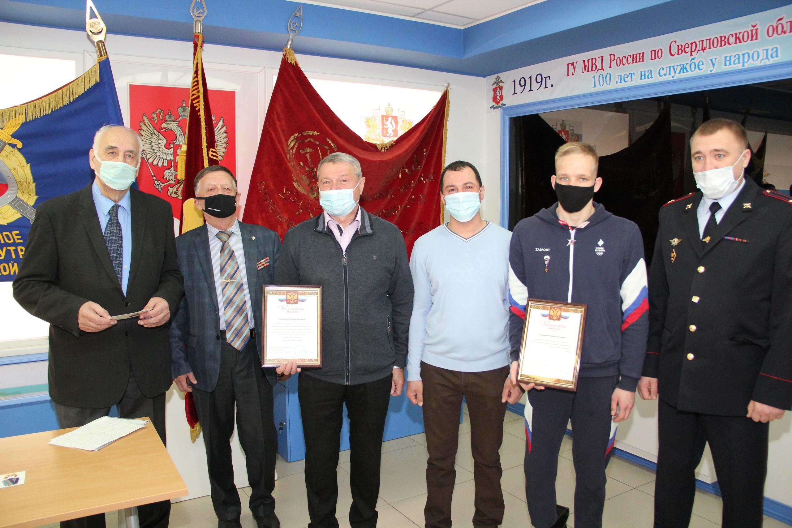 В Екатеринбурге наградили ветерана МВД и спортсмена, которые спасли школьницу