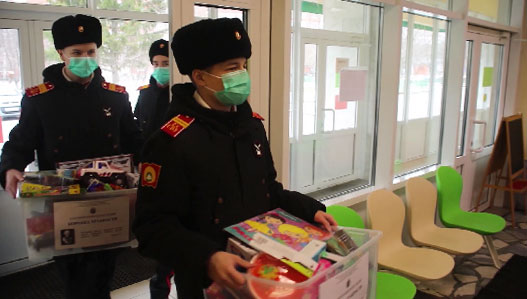 Суворовцы передали подарки для детей с онкозаболеваниями