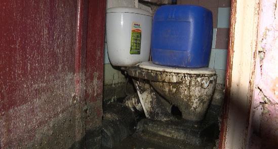 От запаха нечистот задыхаются жители дома в посёлке Белоярский