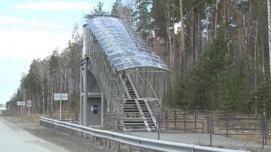 В Екатеринбурге грузовая фура снесла пешеходный мост