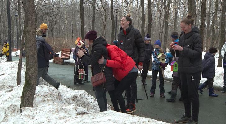 В екатеринбургском парке баскетболистки «УГМК» развесили скворечники