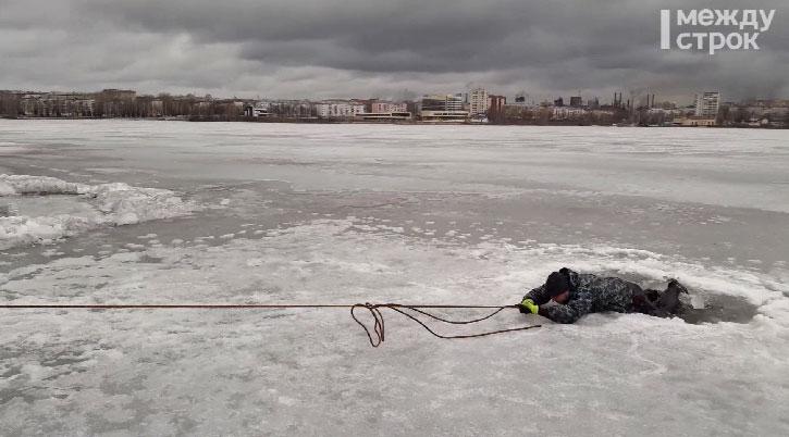 Мастер-класс по спасению провалившихся под лёд провели в Нижним Тагиле