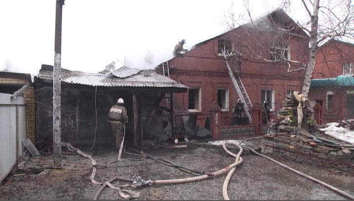 Утром на улице Латвийской загорелся частный жилой дом