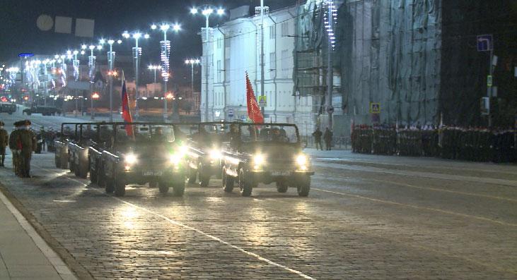 В Екатеринбурге состоялась первая ночная репетиция парада Победы