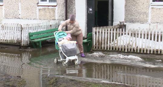В поселке Сосновый Бор из-за неисправной ливневой канализации затопило подъезд