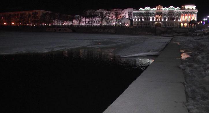 На городском пруду молодой человек на электросамокате провалился под лёд