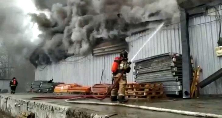 В выходные на Уралмаше горели складские помещения