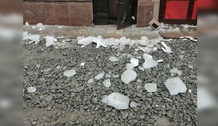 На улице Щорса упавшая глыба льда еда не придавила людей