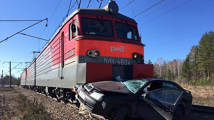 На железнодорожном переезде локомотив врезался в легковушку