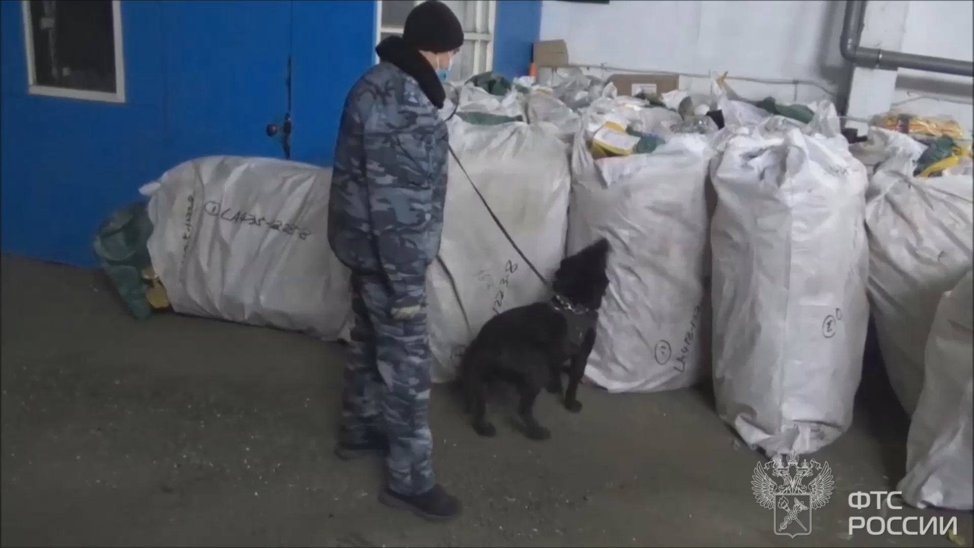 Уральские таможенники задержали 11 тонн контрафактной одежды