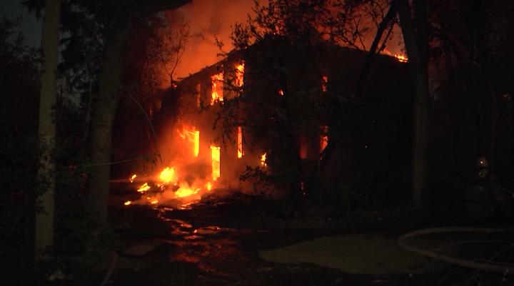 На улице Самаркандской сгорел двухэтажный дом