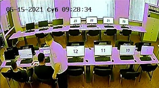 Чтобы сдать на права, мужчина спрятал телефон в футболке